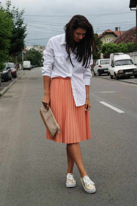 street style, white shirt, sneakers, sneakers outfit